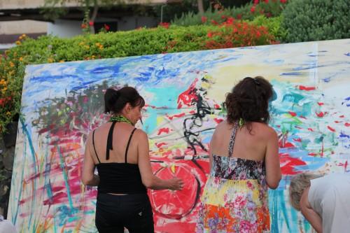 Tanja Mentre dipinge quadro a Salina